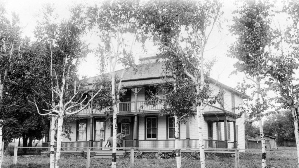Golden Lion Hotel, 1920 (Photo: courtesy Toronto Public Library)