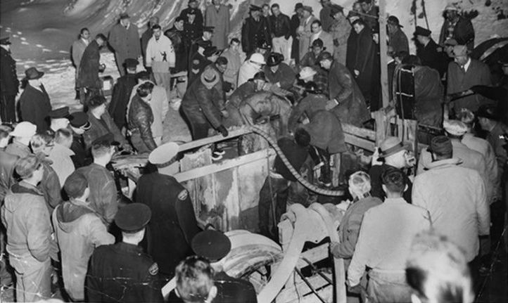 A crowd of rescue workers surround a shaft March 18, 1960 in the aftermath of the Hoggs Hollow Tunnel disaster. - Art James/Toronto Star file photo